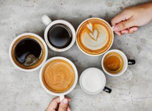 viele verschiedene Kaffeehäferl unterschiedliche gefüllt
