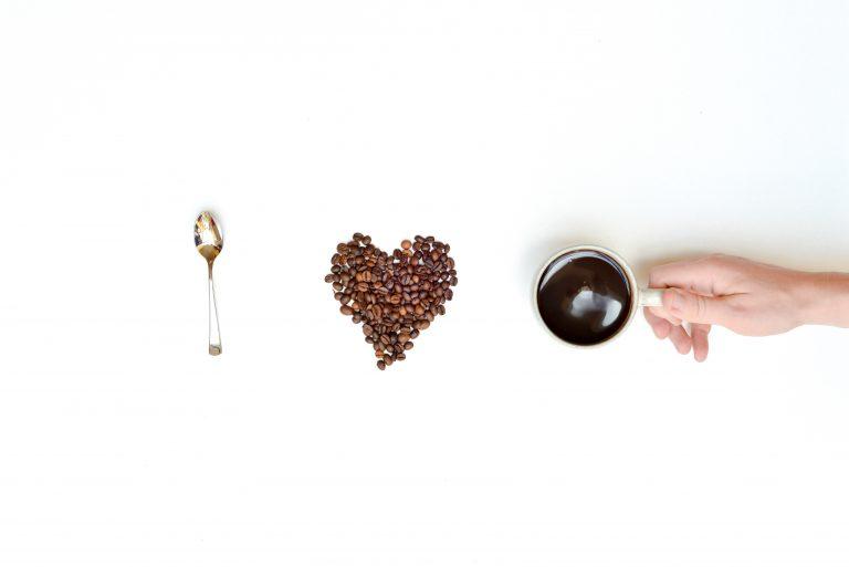 Kaffeelöffel, Ein Herz aus Kaffeebohnen, eine Tasse Kaffee