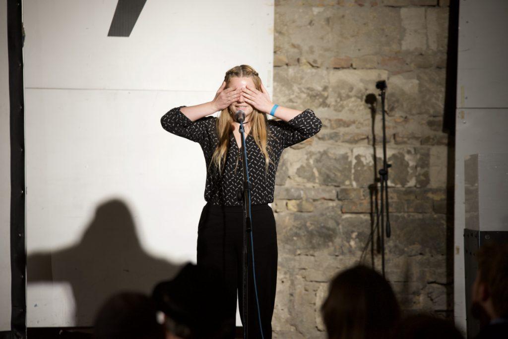 Katharina Wenty performt Texte