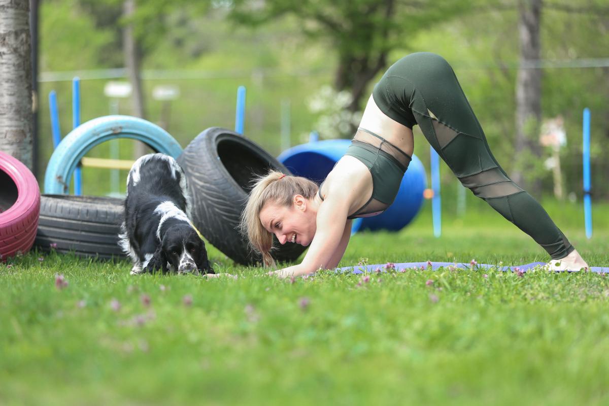 Bojana macht Dog Yoga